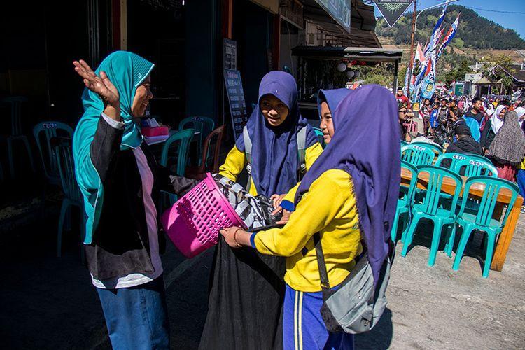 Peserta Aksi Dieng Bersih Membantu Masyarakat Membersihkan Sampah.