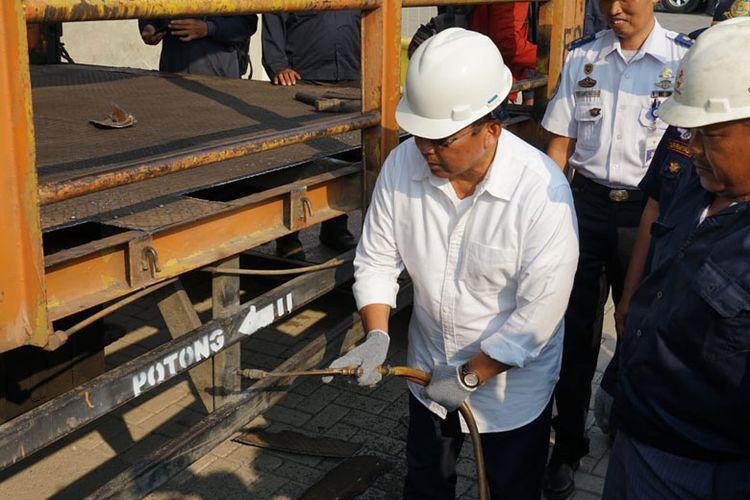 Dirjen Perhubungan Darat Budi Setiyadi melakukan pemotongan kendaraan angkut over dimensi
