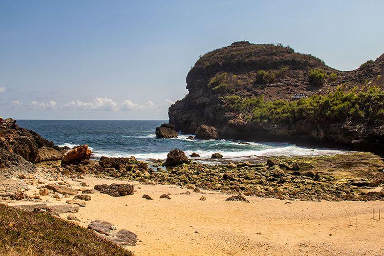 Kawasan pasir putih Pantai Sembukan saat air laut surut.