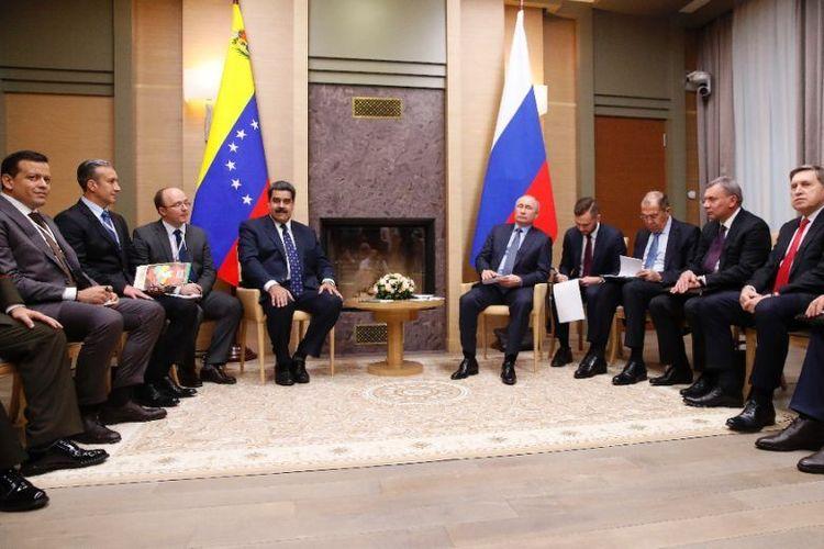 Presiden Rusia Vladimir Putin bertemu dengan Presiden Venezuela Nicolas Maduro bertemu di Novo-Ogaryovo, Rusia, Kamis (5/12/2018). (AFP/Maxim Shemetov).