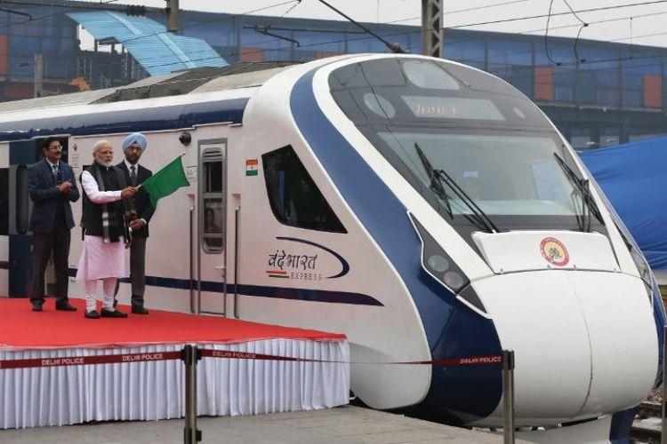Perdana Menteri India Narendra Modi menandai kereta ekspres ksemi-cepat pertama di India, Vande Bharat Express, di Stasiun Kereta Api New Delhi, pada Jumat (15/2/2019). (AFP)