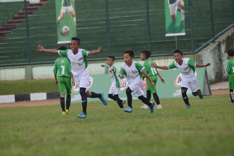 Ekspresi Deden Cecep Gunawan (10) siswa kelas 4 SDN Conggeang 1 Sumedang saat berhasil mencetak gol di gawang SDN Cimahi Mandiri 1 sehingga skor menjadi 1-0 pada pertandingan babak final MILO Football Championship Bandung di Stadion Siliwangi Bandung.