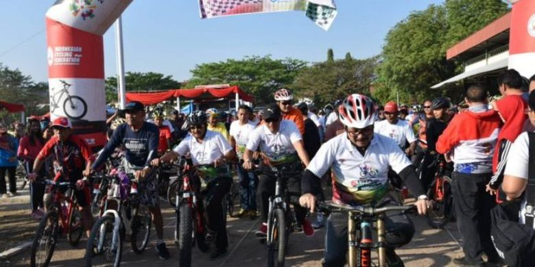 Pemassalan lewat Ayo Olahraga melalui program Gowes Nusantara 2019 di Kabupaten Cirebon, berlangsung di pelataran Stadion Ranggajati, Sumber, pada Minggu (4/8/2019).