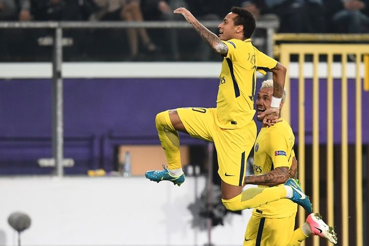 Penyerang Paris Saint-Germain, Neymar (kiri), melakukan selebrasi dan mendapat sambutan dari Dani Alves, setelah mencetak gol ke gawang RSC Anderlecht dalam penyisihan Grup B Liga Champions di Constant Vanden Stock Stadium, Brussels, 18 Oktober 2017.