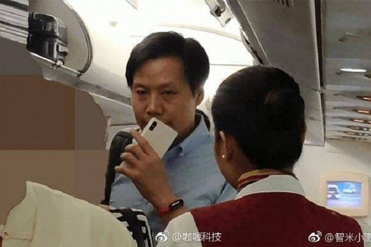 CEO Xiaomi, Lei Jun kedapatan memegang perangkat yang diduga adalah Mi 8X