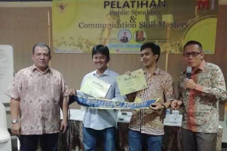 Motivator yang juga Pengajar Tamu di Lemhannas RI, Ir. Hamry Gusman Zakaria MM, saat menjadi pembicara dalam Pelatihan Public Speaking & Communication Skill Mastery yang digelar di Malang, Jawa Timur, 17-19 November 2018.