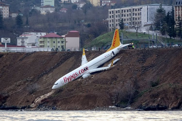 Pesawat penumpang Pegasus Airlines Boeing 737 gagal mendarat dengan mulus di bandara Trabzon, tepi pantai Laut Hitam, Turki, pada Sabtu (14/1/2018).