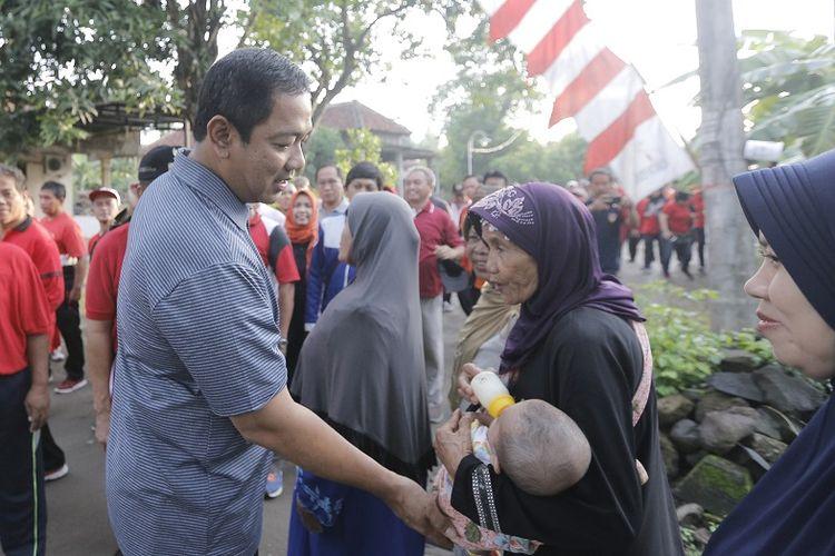 Wali Kota Semarang Hendrar Prihadi menyapa warga saat kegiatan jalan sehat di Pedurungan Lor, Jumat (1/2/2019)