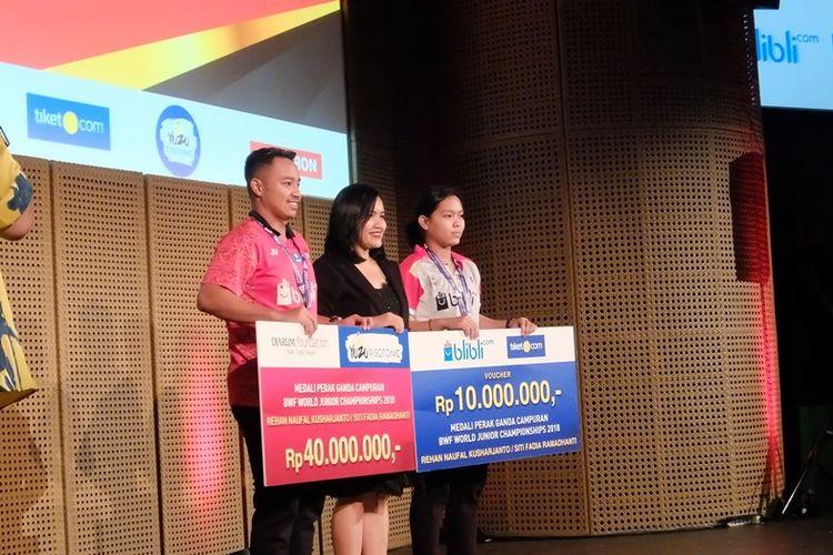 Rehan Naufal Kusharjanto dan Siti Fadia Silva Ramadhanti saat menerima bonus, Senin (26/11/2018).
