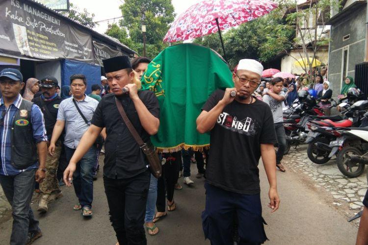 Komedian Sule bersama kerabatnya saat menggotong keranda jenazah ayahnya, Rabu (11/10/2017) siang.