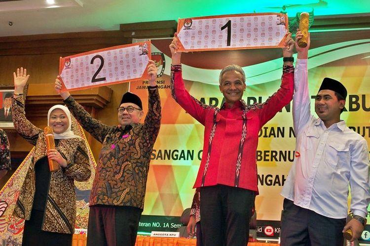 Pasangan cagub-cawagub Jateng Ganjar Pranowo (kedua kanan)-Taj Yasin (kanan) dan Sudirman Said (kedua kiri)-Ida Fauziah (kiri) memperlihatkan nomor urut masing-masing saat pengundian nomor urut di Semarang, Jawa Tengah, Selasa (13/2/2018). Ganjar Pranowo-Taj Yasin mendapat nomor urut satu, dan Sudirman Said-Ida Fauziah memperoleh nomor urut dua.
