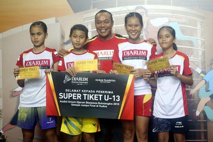 Super Tiket tidak hanya diberikan bagi peserta yang berhasil memuncaki Tahap Turnamen saja. Tim Pencari Bakat juga memberikan Super Tiket Pilihan bagi mereka yang gugur dalam fase turnamen namun dianggap memiliki bakat dan potensi