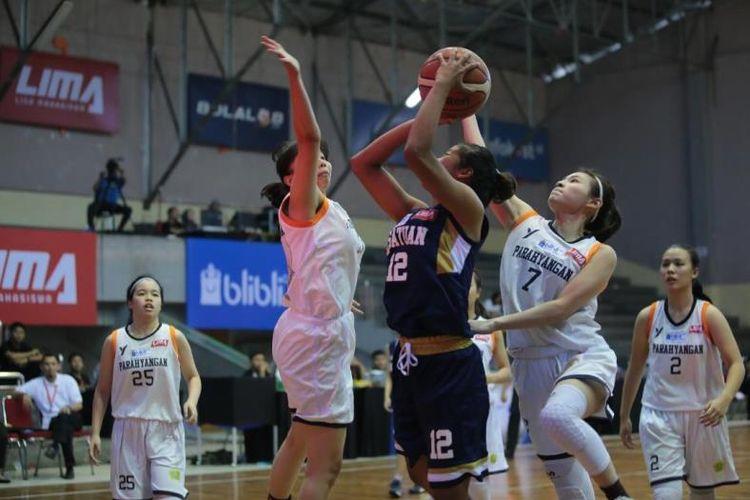 Tim putri Universitas Katolik Parahyangan mementik kemenangan di hari pertama perhelatan Liga Mahasiswa (LIMA) Basketball: Blibli.com West Java Conference (WJC) 2018, Jumat (6/7) dengan melibas STIE Kesatuan Bogor dengan skor akhir 61-30.