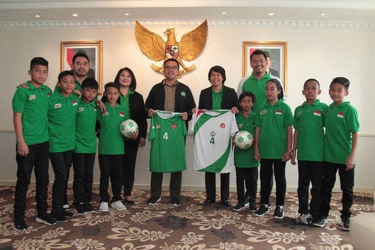 Menteri Pemuda dan Olahraga Republik Indonesia (Menpora RI) Imam Nahrawi memberikan dukungannya kepada delapan pemain terbaik MILO Football Championship 2019 di Ruang Kerja Menpora, Jakarta.