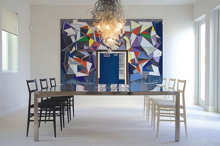 Lampu gantung dan mozaik dinding dengan tekstur yang kontras dengan furnitur