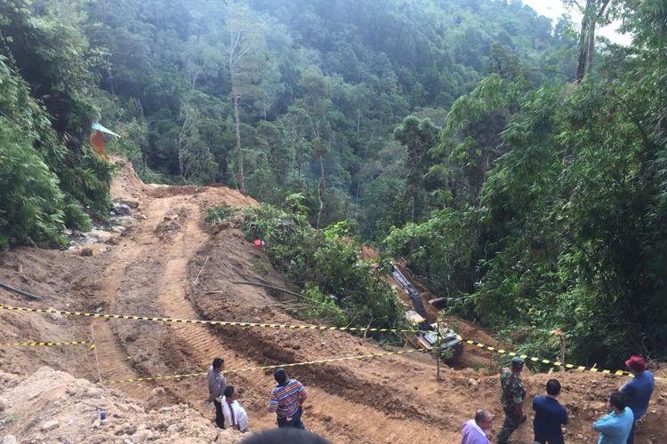 Alat berat jenis eskavator saat membuka akses jalan menuju lokasi tambang yang longsor di Desa Bakan, Kecematan Lolayan, Kabupaten Bolaang Mongondouw (Bolmong), Sulawesi Utara, Sabtu (2/3/2019).