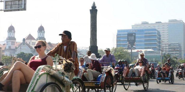 Wisatawan asal Belanda terlihat menikmati City Tour Kota Semarang, Jawa Tengah yang mengambil rute Hotel Santika-Sam Poo Kong, Lawang Sewu, Toko Oen dan Kawasan Kota Lama, Rabu (26/7/2017).