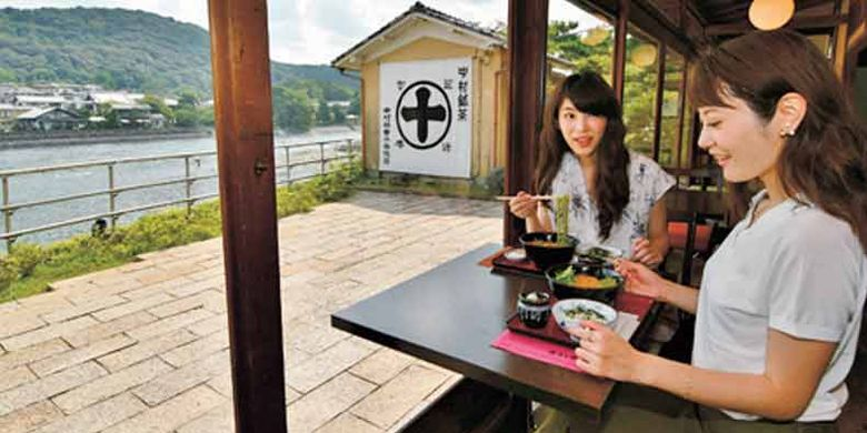 Kafe Nakamura Toukichi di Kyoto, Jepang. Di sini kita dapat menikmati dessert matcha sambil melihat pemandangan sungai.