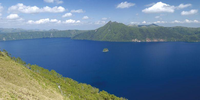 Danau Mashu di Hokkaido, Jepang  yang disebut-sebut sebagai danau terjernih di dunia dengan airnya yang berwarna biru.