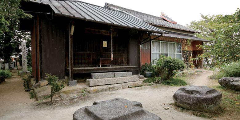 Bagian yang tertinggal dari kuil Motoyakushiji di kota Nara, Jepang, yang dibangun 1.300 tahun yang lalu ini adalah beberapa pasak batu bekas menara.