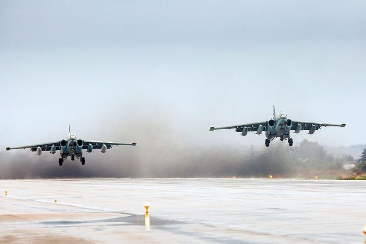 Pesawat tempur Sukhoi Su-25 milik Rusia lepas landasr dari pangkalan militer Hmeimim di provinsi Latakia, Suriah.