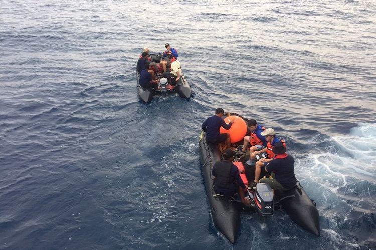 Pasukan Intai Amfibi, Denjaka, tim investigator dari KNKT Indonesia, Singapuran, serta tim ahli Boeing memeriksa lokasi yang diduga terdapat Cocpit Voice Recorder (CVR) Lion Air JT 610, di perairan Tanjung Karawang, Sabtu (3/11/2018).