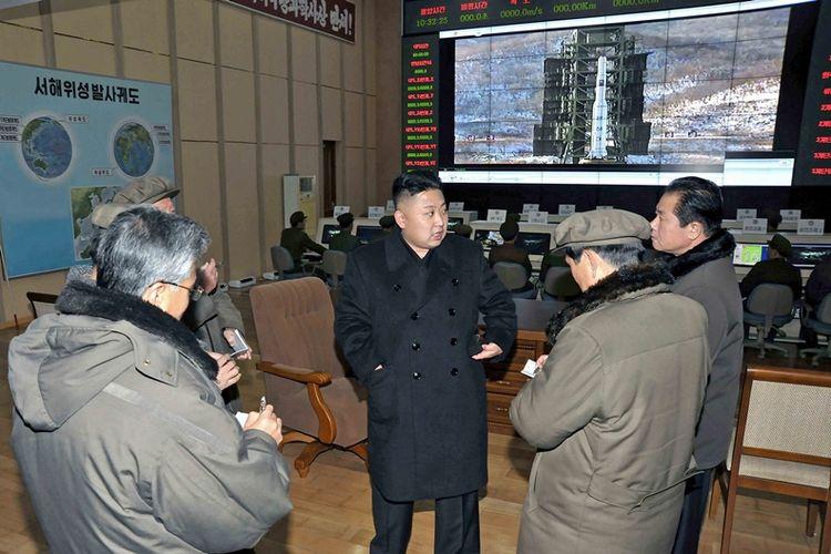 Foto ini dirilis oleh Kantor Berita Korea Utara (KCNA) Korea Utara pada 15 Desember 2012 menunjukkan pemimpin Korea Utara Kim Jong Un mengunjungi Sohae Space Center. (AFP)