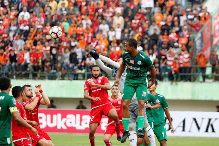 Kiper PSMS Medan, Dhika Bayangkara, memblok bola di semifinal kedua Piala Presiden 2018 melawan Persija Jakarta di Stadion Manahan Solo, Senin (12/2/2018).