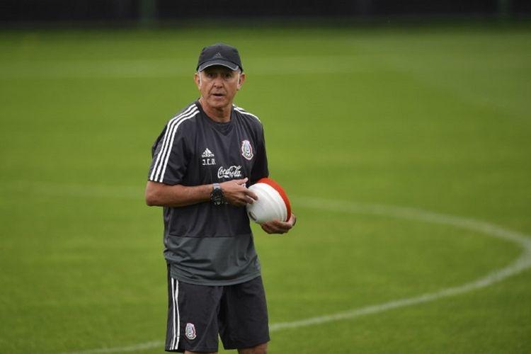 Pelatih Meksiko asal Kolombia, Juan Carlos Osorio, memimpin latihan timnya di Stadion FC Strogino, Moskwa, 12 Juni 2018.