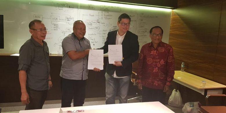 Bupati Halmahera Utara Ir. Frans Manery menyaksikan penandatanganan Head of Agreement (HoA) antara PT Hibualamo Jaya (BUMD) yang diwakili oleh direkturnya Deky Iwisara dengan Globalports PTE LTD yang diwakili oleh salah satu anggotanya Henry Teh Kok Kheng, CEO & President Digiland di Centennial Tower Jakarta, Kamis (17/1/2019).