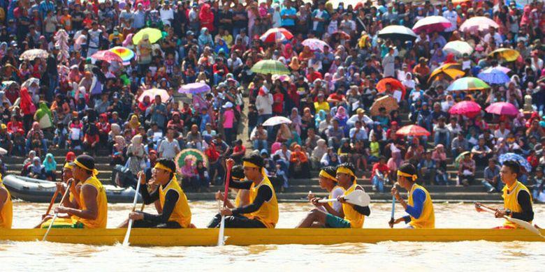 Festival Pacu Jalur diikuti lebih dari 12.000 pedayung yang tergabung dalam 193 jalur, istilah untuk tim yang ikut berlomba. Lomba berlangsung di Tepian Narosa Teluk Kuantan, Kabupaten Kuantan Singingi, Riau, 23-26 Agustus 2017.