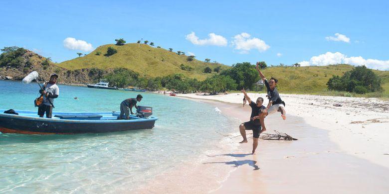 Wisatawan bersama dengan staf Kementerian Pariwisata Republik Indonesia di Pink Beach, Kawasan Taman Nasional Komodo, Manggarai Barat, Flores, NTT, Rabu (10/5/2017).