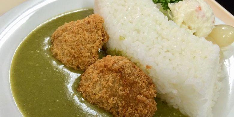 Sambil melepas lelah, Anda bisa mengunggah foto makanan yang dijual di Bendungan Kurobe, Jepang. Misalnya kare yang menggambarkan bentuk dari bendungan ini.