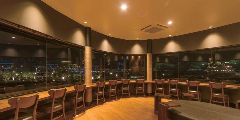Starbucks Kobe Meriken Park di Kobe, Jepang ini memiliki panorama pemandangan Kobe di malam hari. Anda dapat bersantai di lantai dua bangunan ini.