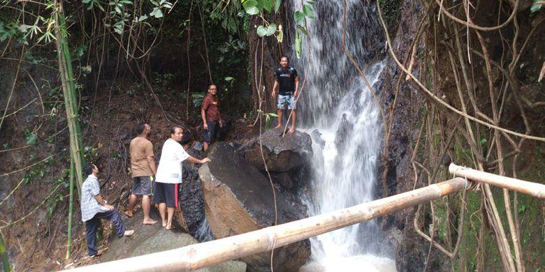 Obyek wisata Air Terjun Curug Gending Asmoro di Dusun Tompo Gunung, Desa Kalongan, Kecamatan Ungaran Timur, Kabupaten Semarang, Jawa Tengah, Sabtu (17/2/2018).