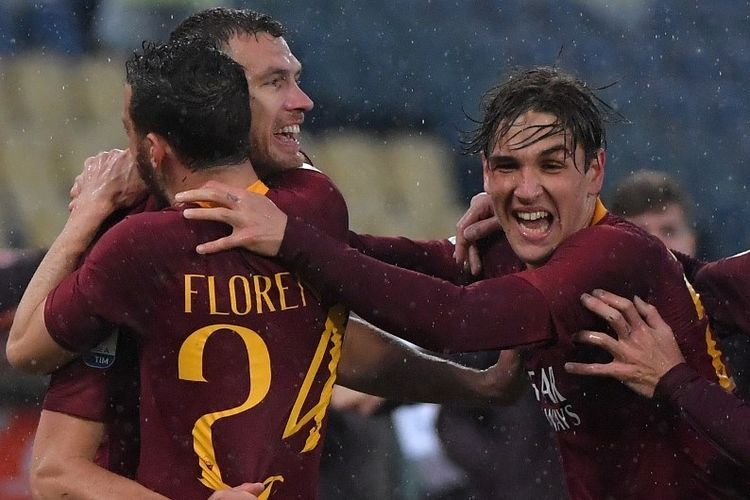Nicolo Zaniolo dan Alessandro Florenzi merayakan gol Edin Dzeko pada pertandingan AS Roma vs Udinese dalam lanjutan Liga Italia di Stadion Olimpico, 13 April 2019.
