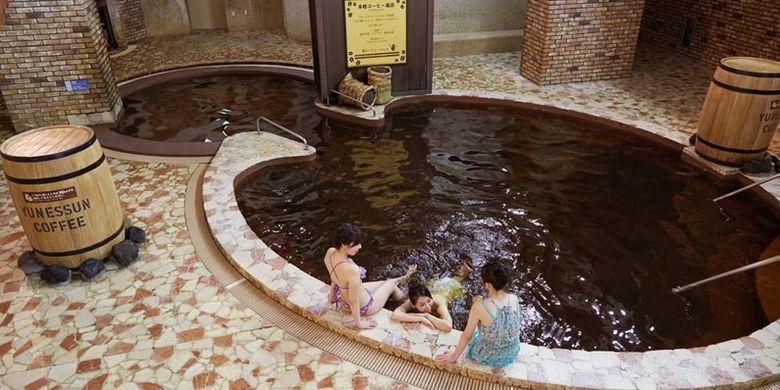 Honkaku Kohi-buro merupakan pemandian pertama di Jepang yang mencampurkan cold brew kopi yang diolah menggunakan cara nel drip ke dalam pemandian air panas.