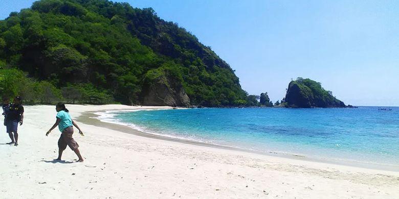Pantai Koka di Kabupaten Sikka, Pulau Flores, Nusa Tenggara Timur, Selasa (8/1/2019).