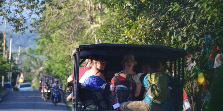 Turis Belgia naik mobil pickup dari Kota Borong menuju ke Kampung Mbeling, Desa Gurung Liwut, Kecamatan Borong, Manggarai Timur, Flores, Nusa Tenggara Timur, Minggu (13/8/2017).