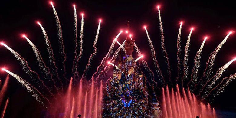 Kembang api spektakuler, sinar laser, lampu sorot, air mancur, api, musik, layar kabut dan efek khusus lainnya di Disneyland Paris.