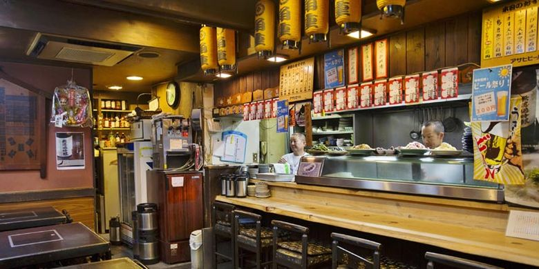 Restoran Yanagi-bashi Kadoju, dekat Stasiun Nagoya, Jepang. Begitu membuka pintu restoran, pengunjung akan melihat berbagai macam barang peninggalan yang berhubungan dengan sumo.