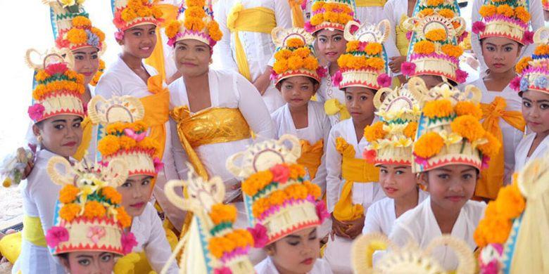 Festival Nusa Penida 2017 digelar di Pantai Mahagiri, Kabupaten Klungkung, Bali, Rabu (6/12/2017). Festival Nusa Penida 2017 menampilkan 1.500 penari.