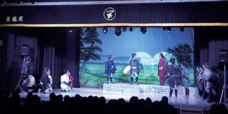 Menonton teater di Akashi Hommachi Mihakukan di Kota Akashi, Prefektur Hyogo, Jepang.