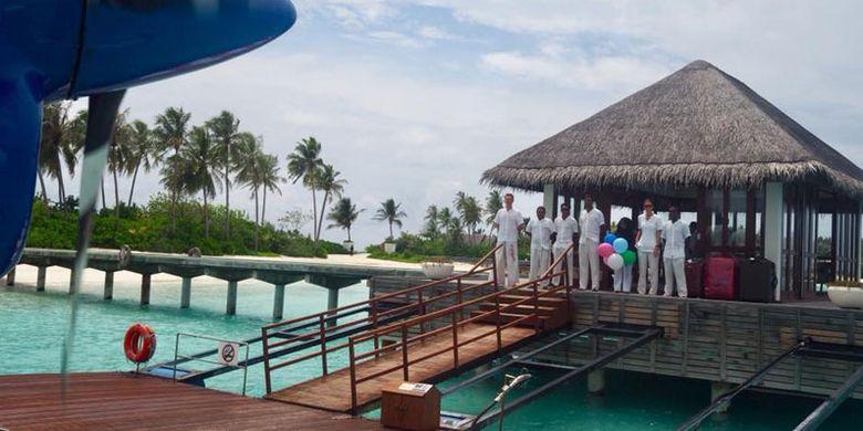 Disambut tim saat tiba di Niyama Private Island di Maladewa.
