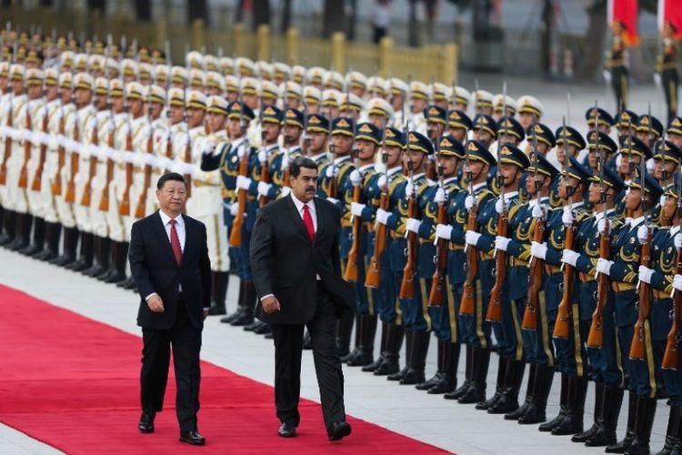 Foto yang dirilis pada Jumat (14/9/2018) menunjukkan Presiden Venezuela Nicolas Maduro (kanan) dan Presiden China Xi Jinping berjalan pada upacara penyambutan di Beijing, China. (AFP/Marcelo Garcia)