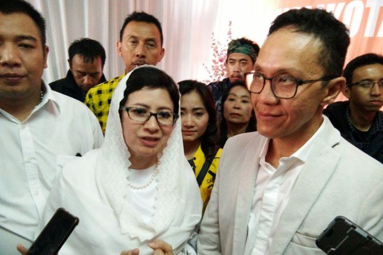 Pasangan Nurul Arifin dan Chairul Yaqin Hidayat (Rully) saat menghadiri sesi konferensi pers usai mendaftar sebagai calon wali kota dan wakil wali kota Bandung di Kantor KPU Kota Bandung, Jalan Sukarno-Hatta, Rabu (10/1/2018).