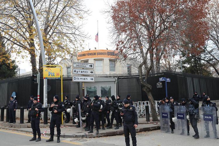 Pasukan polisi anti huru-hara Turki berjaga di depan gedung kedutaan AS di Ankara.