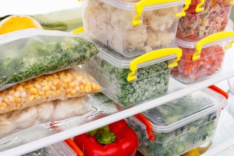 Ilustrasi penyimpanan bahan makanan di kulkas.