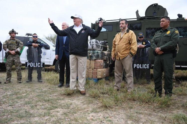 Presiden Amerika Serikat Donald Trump berbicara di dekat Rio Grande di McAllen, Texas, yang merupakan perbatasan AS-Meksiko, Kamis (10/1/2019). (AFP/Jim Watson)