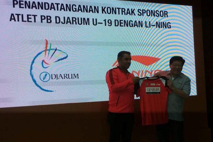Pihak PB Djarum diwakili oleh Program Director Bakti Olahraga Djarum Foundation, Yoppy Rosimin sementara Li Ning diwakili oleh Director PT Sunlight Sport Indonesia, Hardeep Singh.
